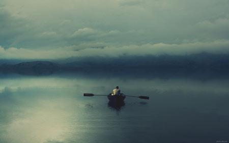 مرد تنها سوار بر قایق پارویی alone man boat sea