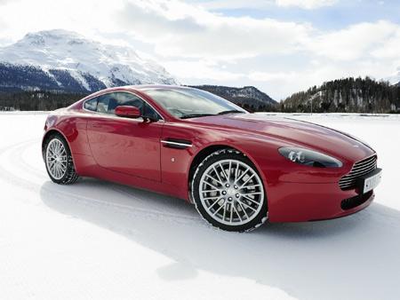 ماشین استون مارتین قرمز روی برف aston martin v8 snow