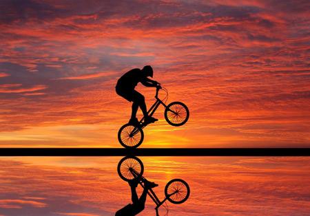 عکس دوچرخه سواری در غروب دریا bicycles sea sunset