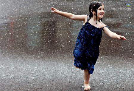 عکس دختر بچه زیر باران child in rain