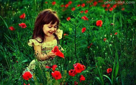 دختر بچه زیبا در میان گلها girl kids in flower