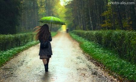 عکس دختر با چتر زیر باران girl rain forest road