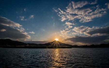 طلوع خورشید از نوک قله کوه lake mountain sunset
