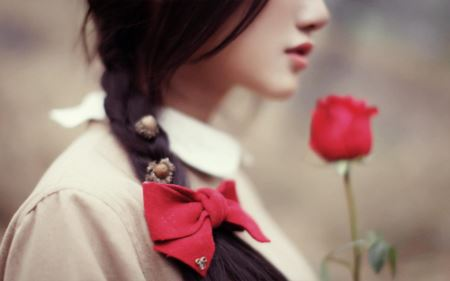 گل رز قرمز و دختر زیبا love rose girl