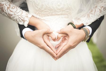 عکس دست قلب عروس داماد heart hand shape