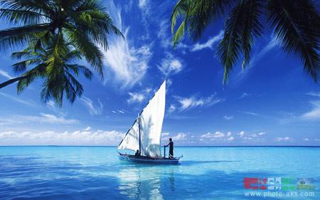 قایق بادبانی در اقیانوس آبی ship on blue ocean