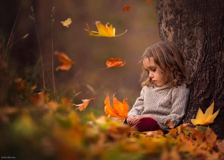 دختر بچه غمگین زیر درخت پاییزی small girl sad autumn