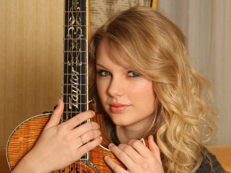 عکس خواننده زن امریکایی با گیتار teylor swift gitar wallpaper