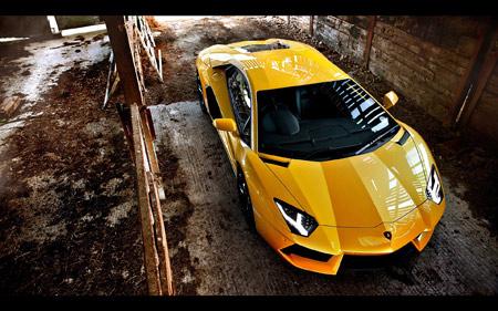 ماشین لامبورگینی از نمای بالا yellow lamborgini top view