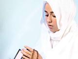 دختر ایرانی در حال عبادت