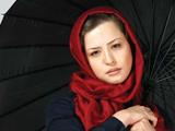 عکس مهراوه شریفی نیا با چتر و شال قرمز