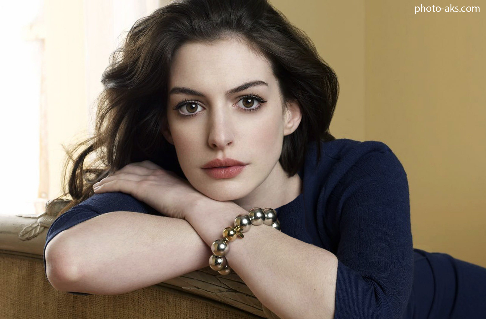 http://pic.photo-aks.com/photo/actor/bazigaran-zan/large/anne-hathaway-widescreen.jpg