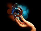 عکس گوی گرد شیشه ای در دست