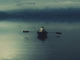 مرد تنها سوار بر قایق پارویی