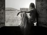 انتظار دختر کنار پنجره