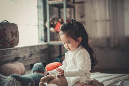 عکس کودک درحال بازی baby child play