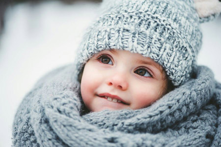 دختر بچه کوچولو با لباس زمستانی dokhtar bache dar zemestan