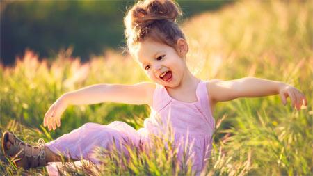 دختر بچه شاد و خوشحال در طبیعت girl happy nature wallpaper