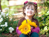 عکس دختر بچه با گل زیبا