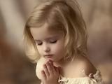 دختر بچه در حال دعا کردن