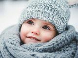 دختر بچه کوچولو با لباس زمستانی