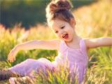 دختر بچه شاد و خوشحال در طبیعت