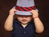 عکس آتلیه پسربچه با کلاه