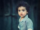 پسر بچه مو فرفری خوشگل
