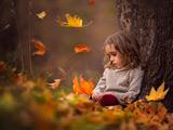 دختر بچه غمگین زیر درخت پاییزی