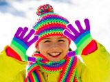 دختر بچه با شال و کلاه در زمستان