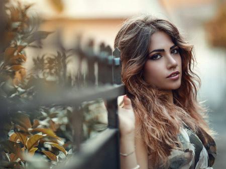 عکس پاییزی دختر با موهای بلند autumn beautiful girl
