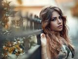 عکس پاییزی دختر با موهای بلند