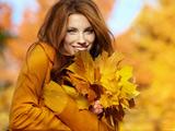 دختر زیبا و برگ های زرد پاییزی
