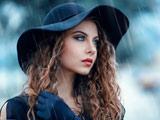 عکس زن مدل زیبا زیر باران