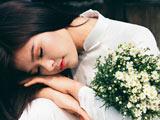 دختر آسیایی زیبا در لباس عروس