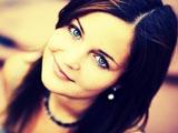 لبخند دختر زیبا چشم آبی