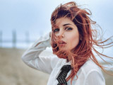 دختر زیبا با موهای پریشان