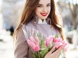 عکس دختر زیبا با دسته گل لاله