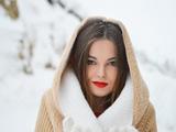 عکس دختر با آرایش زیبا در زمستان
