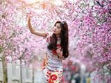 دختر زیبای ژاپنی و شکوفه بهاری