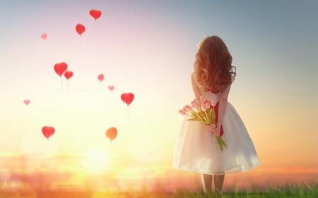 عکس عاشقانه دختر با دسته گل لاله love girl tulips
