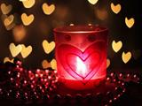 شمع روشن داخل شیشه قرمز