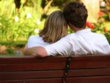 عکس عاشقانه روی نیمکت پارک