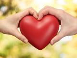 عکس قلب قرمز در دو دست