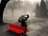 دختری با چتر زیر باران