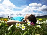 آرامش دختر در دامن طبیعت