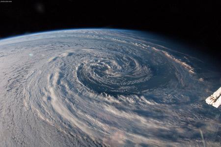 طوفان گردبادی بزرگ در زمین earth from space