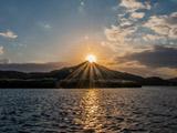 طلوع خورشید از نوک قله کوه