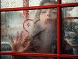 دختر زیبا پشت پنجره بارانی