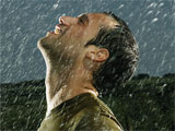 عکس مرد زیر باران